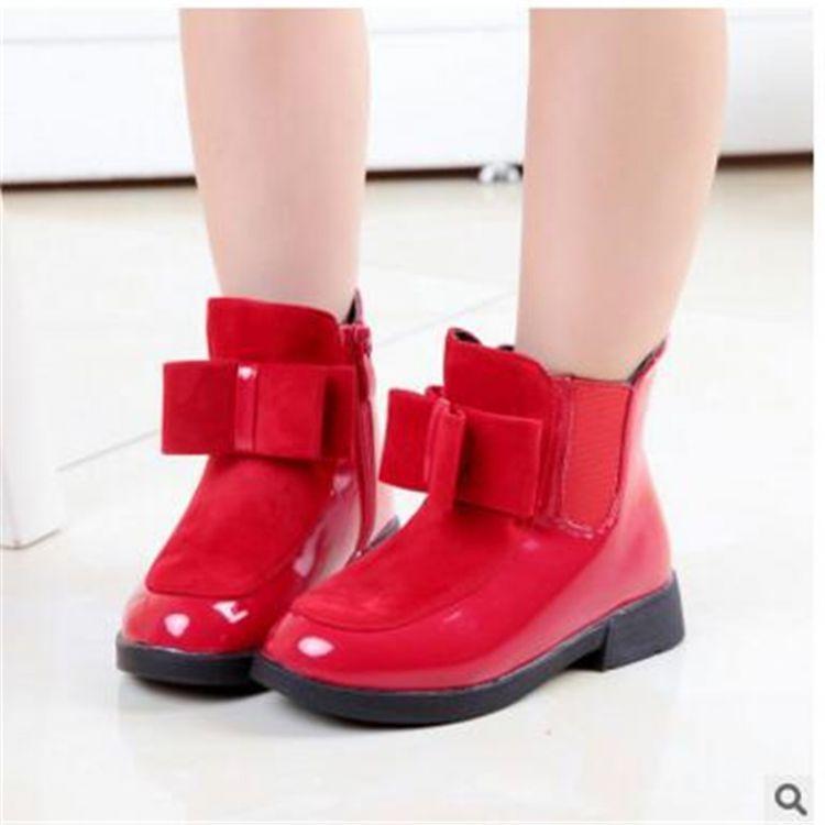 Красные детские ботинки
